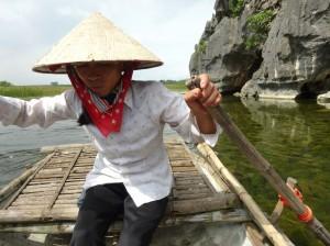 竹小舟をこぐ女性